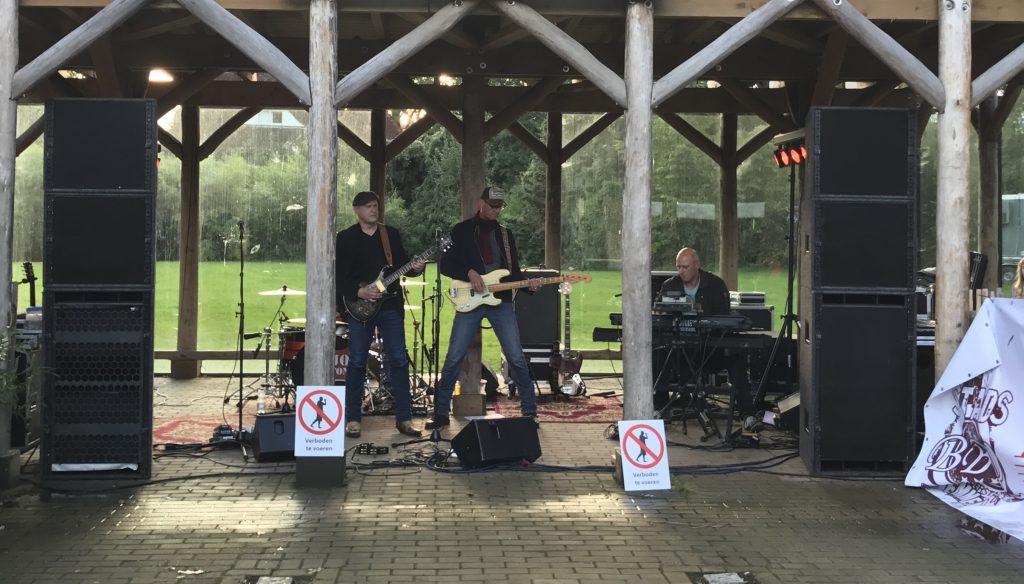 Gitaar bas en toetsen van de band Mojo Clinton