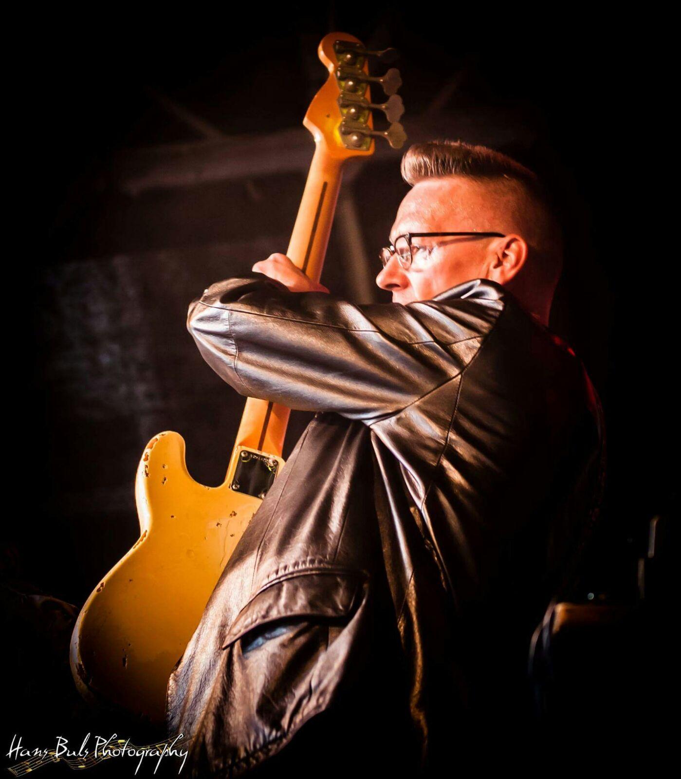Frans Jeurink bassist Mojo Clinton foto van Hans Buls