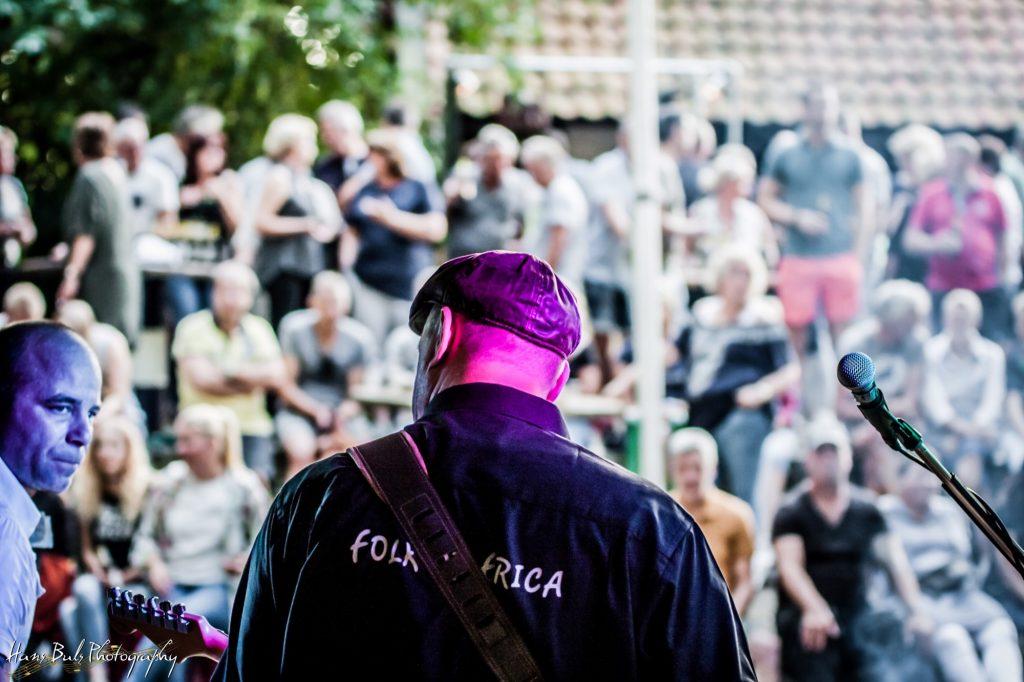 Gitarist Peter en zanger Eddy met publiek in Erica