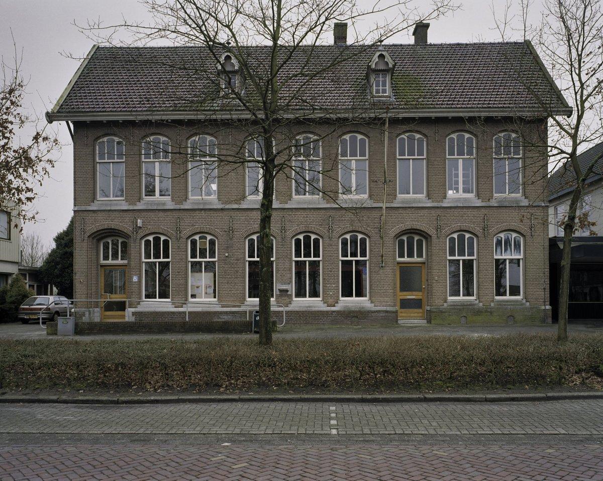 Het postkantoor in Nieuw Amsterdam. Nu een café. Mojo Clinton trad er op